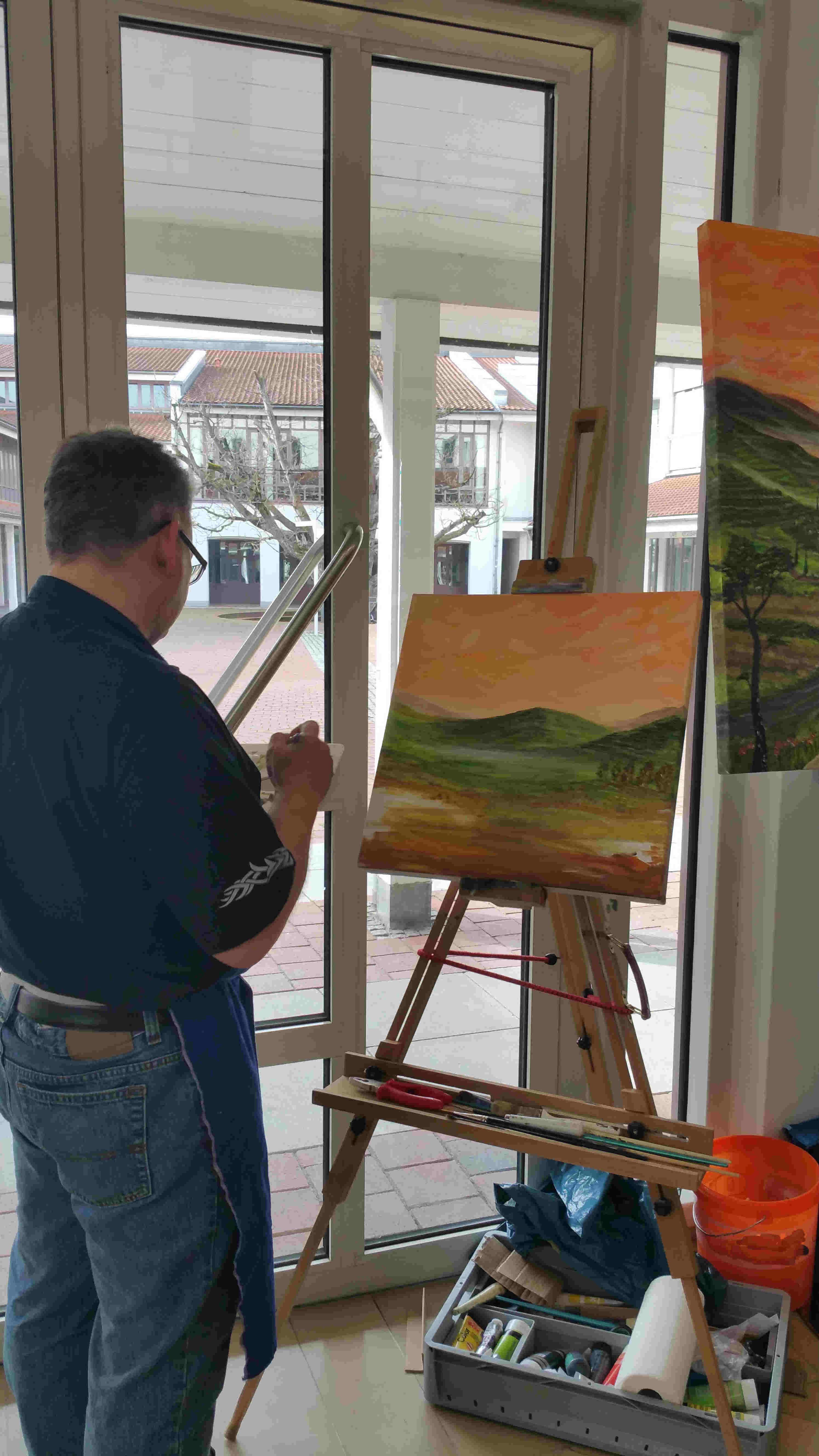 Malen während einer Ausstellung